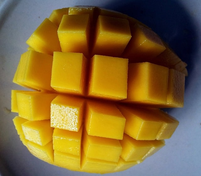 a picture of a mango, can cockatiels eat this fruit?